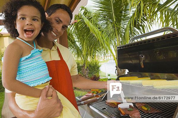 Menschlicher Vater  Hispanier  Tochter  grillen  grillend  grillt Menschlicher Vater ,Hispanier ,Tochter ,grillen, grillend, grillt