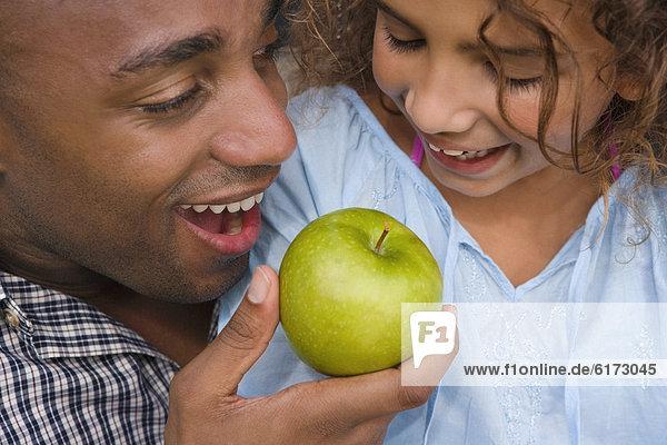Menschlicher Vater  Apfel  Tochter  essen  essend  isst Menschlicher Vater ,Apfel ,Tochter ,essen, essend, isst
