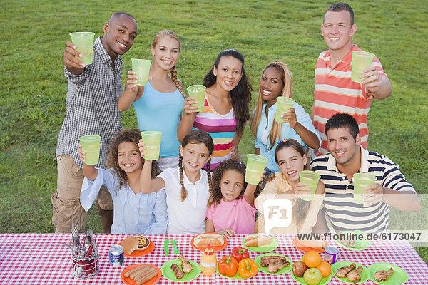 Freundschaft  Picknick  multikulturell  Tisch