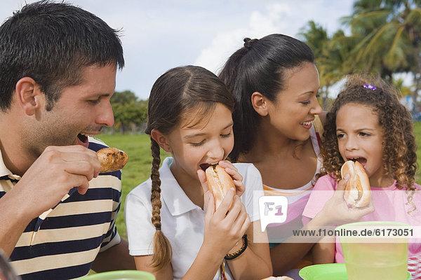 Außenaufnahme  Hispanier  essen  essend  isst  freie Natur
