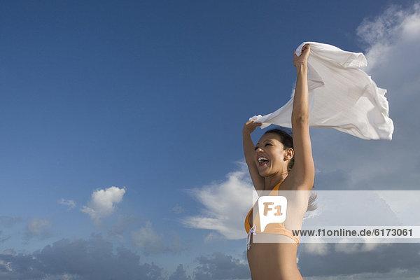 Frau  Bikini  Wind  Hispanier  halten  Rock Frau ,Bikini ,Wind ,Hispanier ,halten ,Rock