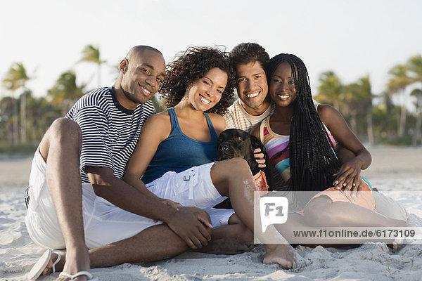 sitzend  Strand  multikulturell sitzend ,Strand ,multikulturell