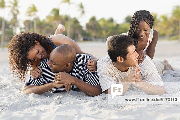 liegend  liegen  liegt  liegendes  liegender  liegende  daliegen  Strand  multikulturell liegend, liegen, liegt, liegendes, liegender, liegende, daliegen ,Strand ,multikulturell