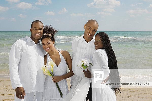 umarmen  Hochzeit  Strand  multikulturell umarmen ,Hochzeit ,Strand ,multikulturell