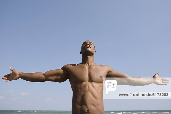 Mann  Freier Oberkörper  Arme ausbreiten  Arme ausstrecken  strecken Mann ,Freier Oberkörper ,Arme ausbreiten, Arme ausstrecken ,strecken