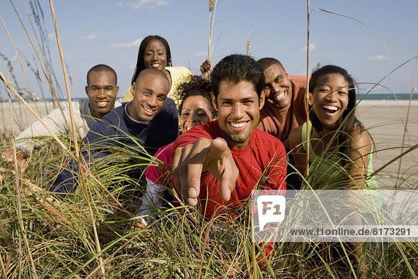 Freundschaft  sehen  blättern  Gras  multikulturell Freundschaft ,sehen ,blättern ,Gras ,multikulturell