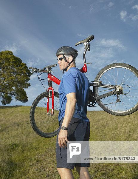 Mann  reifer Erwachsene  reife Erwachsene  tragen  Ländliches Motiv  ländliche Motive  Fahrrad  Rad