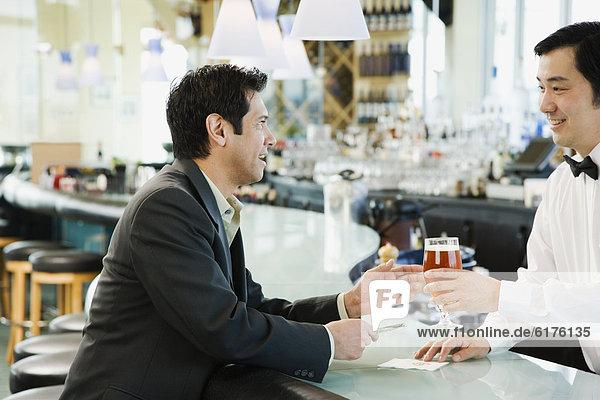 Mann  Getränk  geben  Bar  Barkeeperin