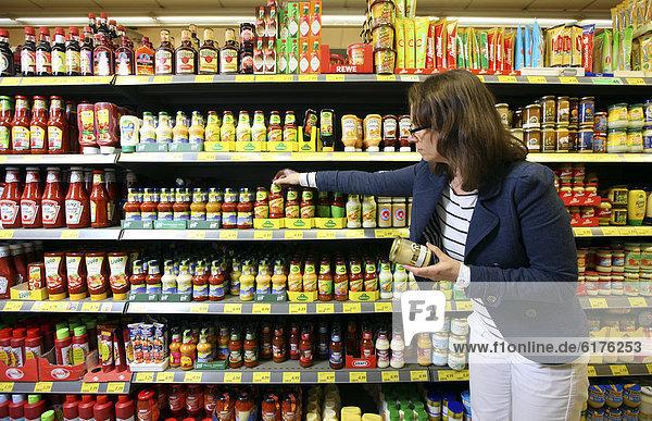 Frau kauft ein  Selbstbedienung  Lebensmittelabteilung  Supermarkt  Deutschland  Europa