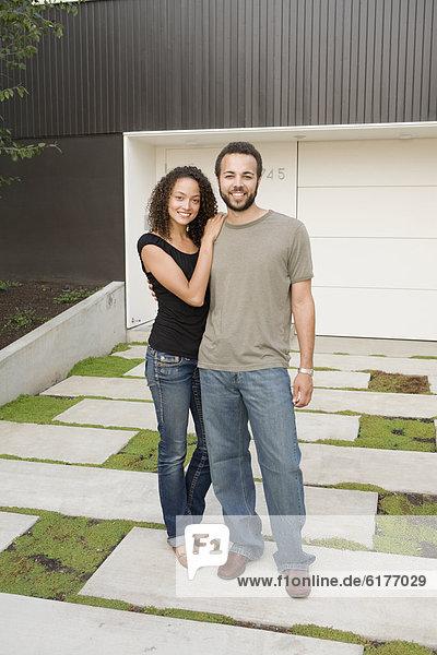 Paar Standing in Einfahrt