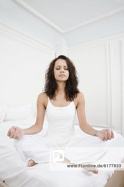 Frau  Hispanier  Bett  Meditation