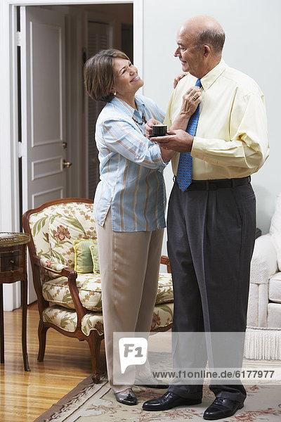 Senior  Senioren  Frau  Hispanier  berichtigen  Krawatte