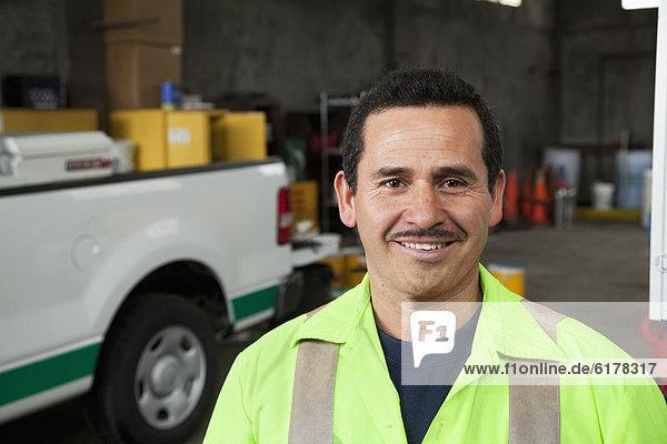 Garage  lächeln  arbeiten  Hispanier  Sanitärtechnik