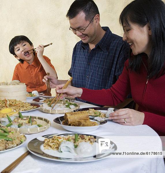 Abendessen  essen  essend  isst  Tisch