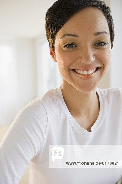 Frau  lächeln  kurz  kurze  kurzes  kurzer  mischen  Haar  Mixed
