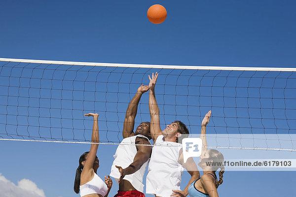 Freundschaft  Volleyball  multikulturell  spielen