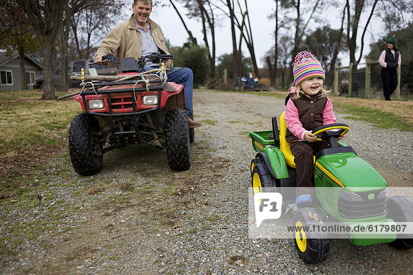 Europäer  Traktor  Enkeltochter  Großvater