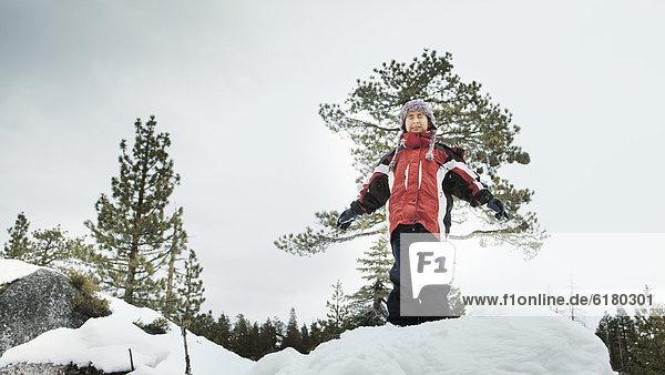 stehend  Junge - Person  Arme ausbreiten  Arme ausstrecken  strecken  Schnee