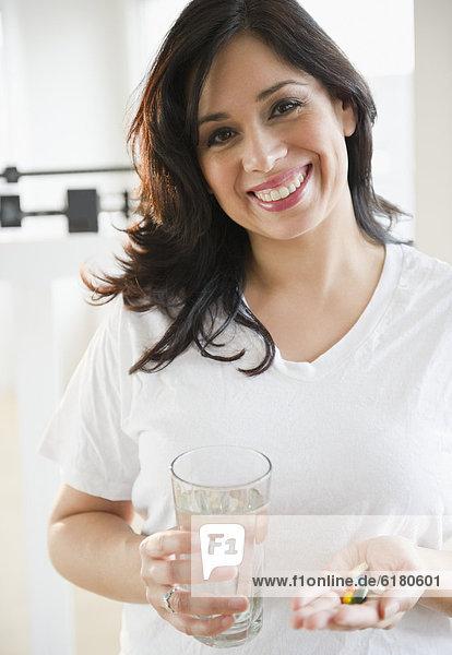 Frau  nehmen  lächeln  Hispanier  Vitamin