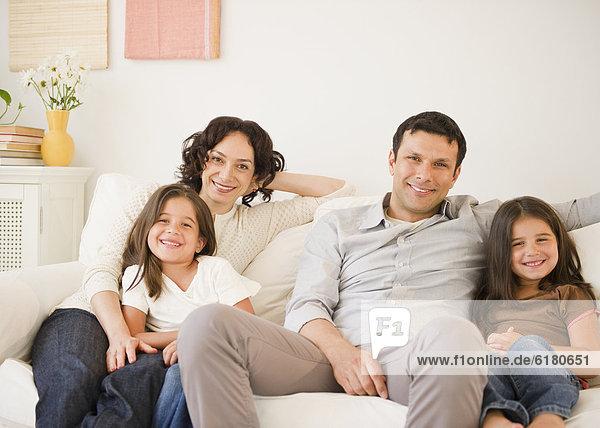 sitzend  Zusammenhalt  Fröhlichkeit  Couch