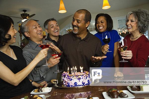 Mann Freundschaft Fest festlich Geburtstag multikulturell