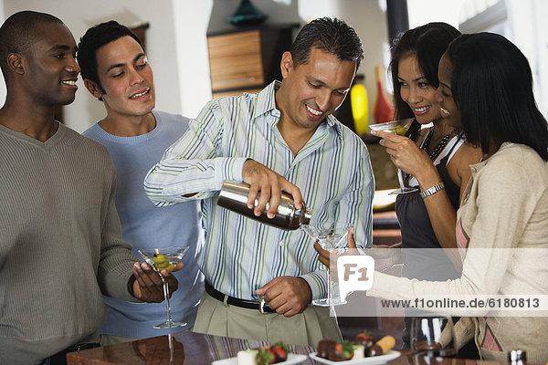 Mann  Getränk  Party  eingießen  einschenken  Hispanier