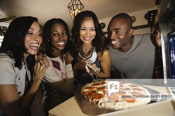 kochen  Freundschaft  Pizza  multikulturell