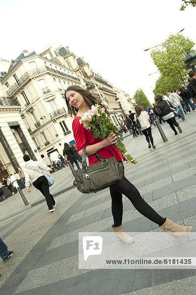 Blumenstrauß  Strauß  Europäer  Frau  gehen  halten