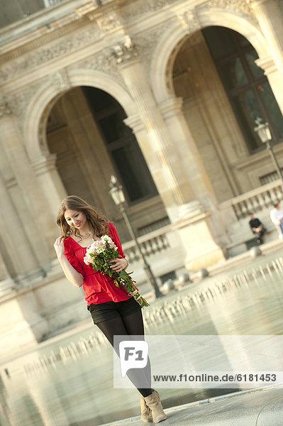 nahe  stehend  Springbrunnen  Brunnen  Fontäne  Fontänen  Blumenstrauß  Strauß  Europäer  Frau  Zierbrunnen  Brunnen  Louvre