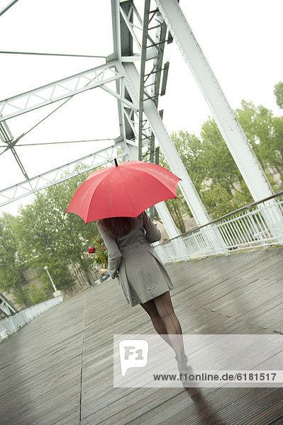 Europäer  Frau  gehen  Regenschirm  Schirm  Regen  rot Europäer ,Frau ,gehen ,Regenschirm, Schirm ,Regen ,rot
