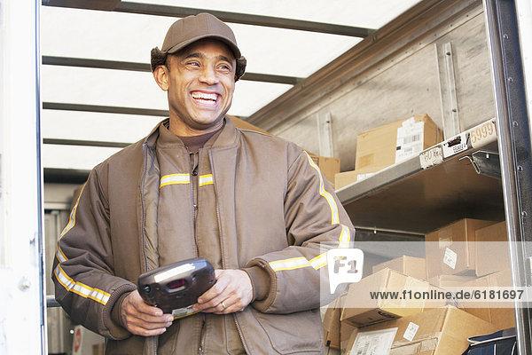 stehend  Mann  lächeln  Hispanier  Lastkraftwagen  bringen
