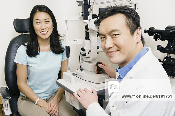 Augenarzt  Patientin  Untersuchung