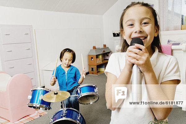 Schlagzeug  Schwester  Gesang  spielen