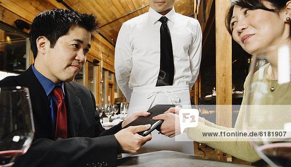 Kampf über Restaurant Rechnung