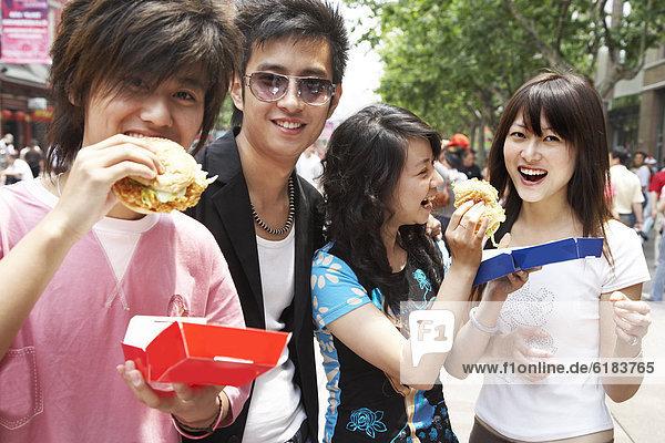 Zusammenhalt  Geschwindigkeit  Freundschaft  Lebensmittel  chinesisch  essen  essend  isst
