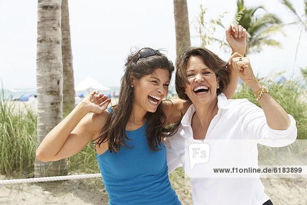 lachen  Strand  Hispanier  Tochter  Mutter - Mensch