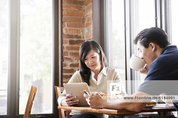 Frau  chinesisch  Cafe  Tablet PC  Ehemann