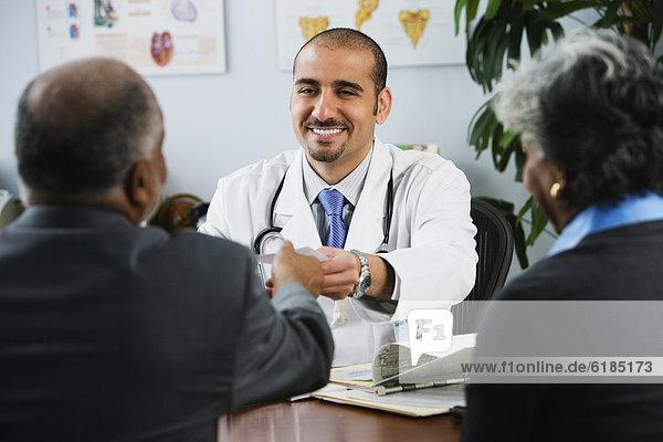 Patientin  ärztliches Rezept  arztliche Rezepte  geben  Arzt  libanesisch