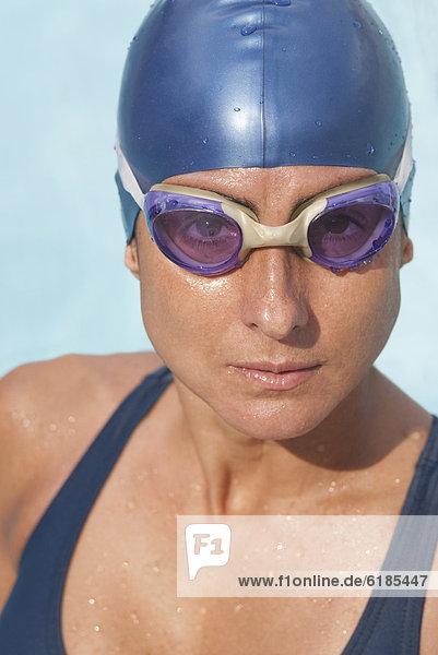 nass  Schutzbrille  Mütze  Hispanier  schwimmen  Schwimmer