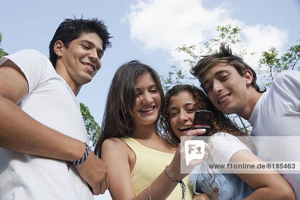 Handy  Zusammenhalt  Freundschaft  sehen  Hispanier