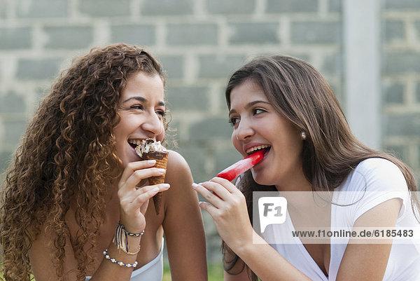 Zusammenhalt  Freundschaft  Hispanier  Eis  essen  essend  isst  Sahne