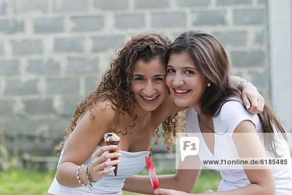 Zusammenhalt  Freundschaft  umarmen  Hispanier  Eis  essen  essend  isst  Sahne