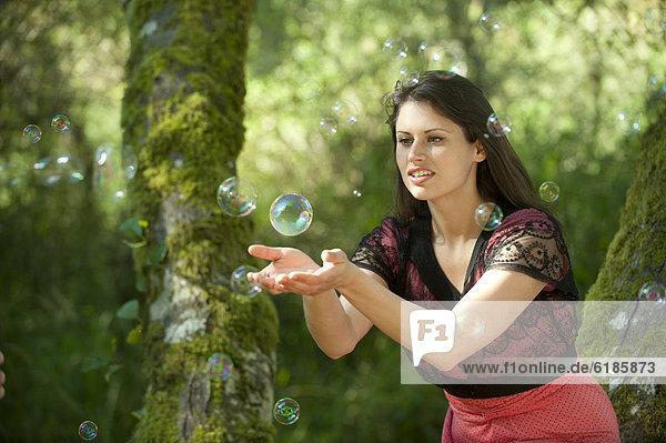 anprobieren  Europäer  Frau  fangen  Blase  Blasen