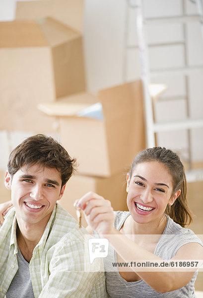 Begeisterung halten Schlüssel Eigentumswohnung neues Zuhause
