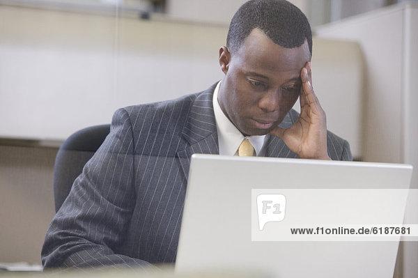 Notebook  Geschäftsmann  arbeiten  Streß