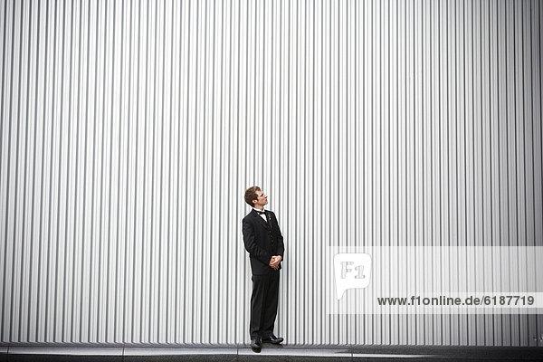 nahe  stehend  Wand  Bräutigam  Zweifel