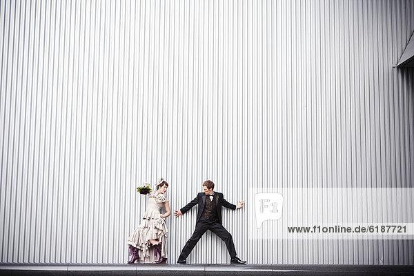 nahe  stehend  Wand  Spiel  Braut  Bräutigam