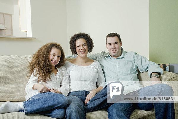 sitzend  Couch  lächeln  mischen  Mixed