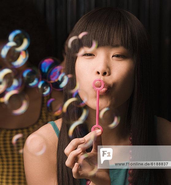 Frau  blasen  bläst  blasend  Blase  Blasen