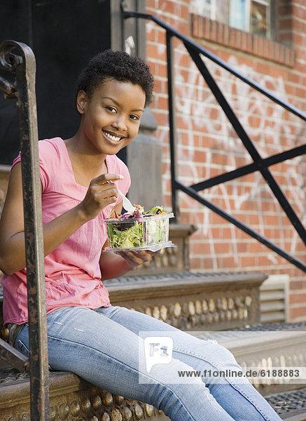 Stufe  sitzend  Frau  Salat  essen  essend  isst